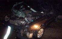 Panevėžyje gatvės atitvaras kiaurai pervėrė automobilį