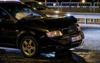 """BMW vairuotojo noras padėti baigėsi skaudžia avarija: """"Audi"""" rėžėsi į stovinčius automobilius, nukentėjo keturi žmonės"""