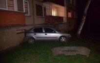 """""""Opel"""" rėžėsi į daugiabutį: vairuotoja supainiojo greičio ir stabdžio pedalus?"""