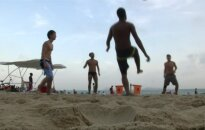 Rio de Žaneiro paplūdimiuose karaliauja įdegę kūnai ir futbolas