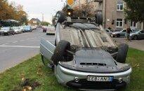 """Bandymas išvengti avarijos """"Peugeot"""" vairuotojui baigėsi aukštyn ratais"""