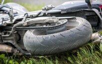 Garbaus amžiaus vairuotojas nepraleido su paaugliu važiavusio motociklininko