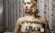 """""""Femen"""" aktyvistės išsirengė rinkimų apylinkėje, kur balsavo Putinas su žmona"""