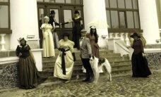 Pakruojo dvaro šventėje - senovinių drabužių paradas