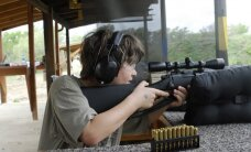 Mokiniai su šautuvais rankose – netolima realybė mokyklose