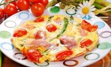 Burnoje tirpstantis omletas su šparagais