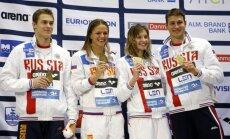 Vitalijus Melnikovas (pirmas iš dešinės) ir Julija Jefimova (antra iš kairės) su kolegomis