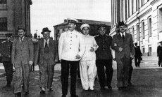 Stalinas ir jo Politbiuro kolegos eina per Kremliaus kiemą. 1946 m. Iš kairės: Anastasas Mikojanas, Nikita Chruščiovas, Josifas Stalinas, Georgijus Malenkovas, Lavrentijus Berija ir Viačeslavas Molotovas. Samarijaus Gurario nuotrauka