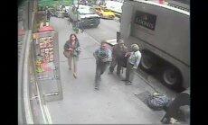Niujorke praeivis pavogė iš inkasatorių mašinos kibirą aukso