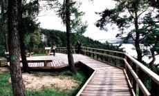Kadagių slėnio viršutinėje dalyje, ant skardžio krašto, įrengtas Kadagių slėnio pažintinis 1,3 km pėsčiųjų   takas su apžvalgos aikštelėmis
