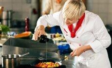 Moteris gamina maistą