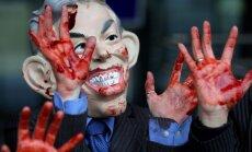 Protestuotojas dėvi Tony Blairo kaukę