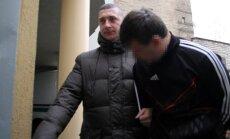 Mergaitės išprievartavimu įtariamas jaunuolis atvežtas į teismą