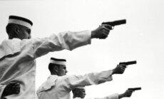 "1942-ieji. Pratybos denyje: rankose - ""Colt 1911 (M1911)"""