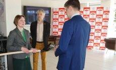 Visuomenininkai Vilniaus savivaldybės atstovams įteikė kastuvus