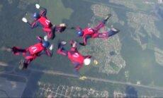 Pasaulio kariuomenių parašiutininkai demonstravo savo meistriškumą ore