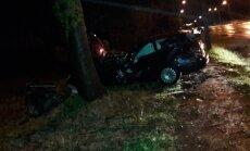 """Karmėlavoje apsivertė """"VW Passat"""", sumaitoto automobilio vairuotojas ligoninėje"""