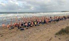 Velso paplūdimyje susirinkę nuogaliai siekė pasaulio rekordo