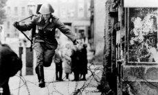 Į Vakarus bėgo ne tik Rytų Vokietijos civiliai, bet ir kariškiai, policijos pareigūnai.