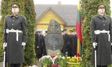 Utenos rajono Papiškių kaime prie namo, kuriame prieš 45 metus žuvo paskutinis Lietuvos partizanas Antanas Kraujelis, pastatytas paminklinis akmuo