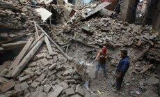 Pagalbos darbuotojai ieško aukų Bhaktapure, netoli Katmandu, Nepalas