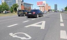 Elektromobilių savininkams Klaipėdoje jau egzistuoja tam tikros lengvatos: toks transportas gali važiuoti viešajam transportui skirtomis juostomis bei Tiltų gatve, išduodami leidimai nemokamai statyti mašinas rinkliavos zonoje