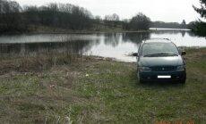 Per arti vandens paliktas automobilis