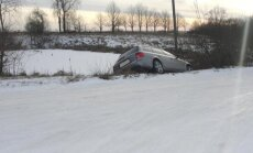 Vogtu Audi įlėkė į kūdrą
