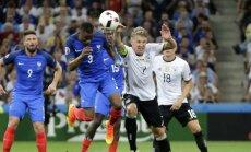 Bastianas Schweinsteigeris liečia kamuolį ranka