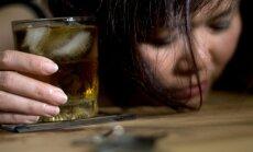 Moteris, gerianti alkoholį