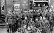 T. Strokačas su sovietų specnazo kariais (sovietų komandosais), išvykstančiais į frontą. 1941 m.
