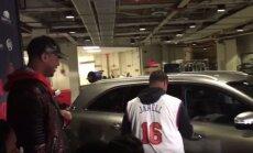 Carmelo Anthony dovanoja automobilį