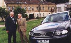 Saulius Sondeckis ir Yehudis Menuhinas prie Jaschos Heifetzo namo ir...  rėmėjų automobilio