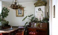 Svetainę su art deco stiliaus židiniu apšviečia ampyro laikotarpio lempa. Ją Ieva papuošė džiovintais viržiais