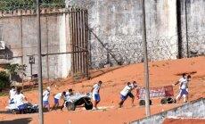 Po riaušių iš kalėjimo išvežami nužudytų kalinių kūnai