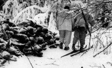 Suomių kariai žygiuoja pro RA 44-osios divizijos žuvusių karių kūnus po Suomussalmio mūšio. 1940 m.