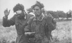 1944 m. liepą Normandijoje pasiduodantys SS kareiviai. Nuotr. iš knygos Juodasis edelveisas