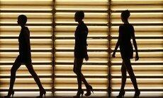 Manekenės žygiuoja podiumu mados festivalyje Sidnėjuje.