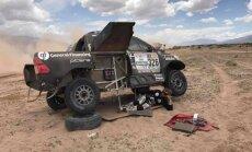 Benediktas Vanagas remontuoja automobilį