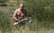 Apsinuoginęs Vladimiras Putinas medžioja