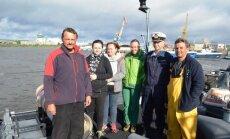 Pirmas iš kairės – jachtos MAUS kapitonas Tomasz Kubacki, antras iš dešinės – laivo FGS WEILHEIM  vadas kapitonas leitenantas Martin Klaus (Vyr. srž. A. Vitkausko nuotr.)