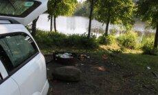 Per arti vandens telkinio esantis automobilis