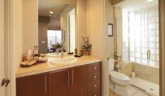 7 patarimai, kaip vizualiai padidinti vonios kambarį