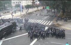 Buenos Airių gatvėse įtūžusi protestuotojų minia susirėmė su riaušių malšinimo policijos pajėgomis