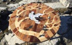 Darau pats: įmantrus staliukas iš 12 skirtingų medienos rūšių
