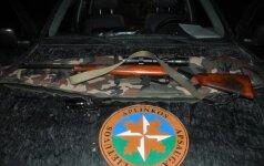 Į medžioklę sėlino naktį, šautuvą apšvietęs prožektoriumi