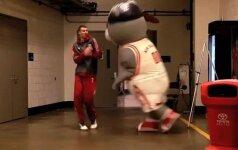 """Komandos pokštas: """"Rockets"""" talismanas ne juokais išgąsdino D. Motiejūną"""