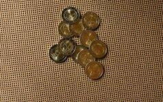 Nenustebkite gavę 2 eurų monetą su baltų simbolika