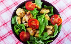 LIEKNĖJANTIEMS: špinatų ir vištienos salotos