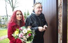 """Su 22 metais jaunesne mergina draugaujantis 47 metų rokeris Vladas Kovaliovas pasigyrė: """"Man dar stovi"""""""